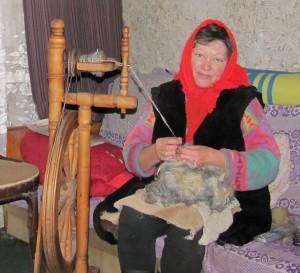 Молоточек и резец безо всяких усилий работают в руках мастера — жительницы деревни Речки Анны Астафиевой