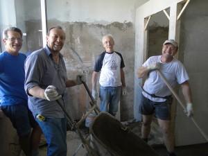 Итальянские волонтеры трудятся в Лиозно