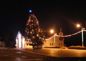Из-за сильного ветра на центральной площади Лиозно наклонилась новогодняя ёлка