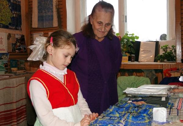 76-летняя витебчанка Софья Глот обучает лиозненских школьников ткацкому ремеслу