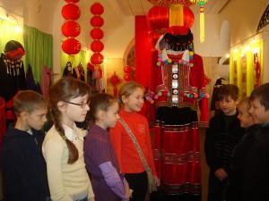 Выставка костюмов национальных меньшинств Китая в Лиозно