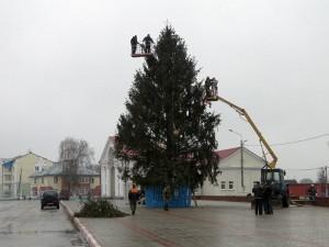Новогоднюю ель на центральной площади Лиозно установили и украсили