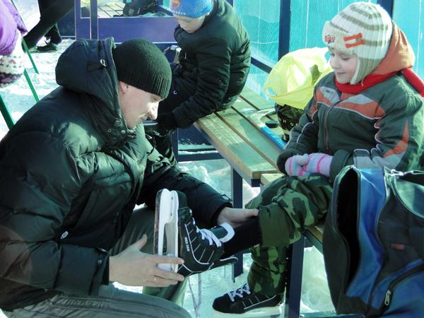 Как делят городской каток хоккеисты и любители катания на коньках, рассказал начальник отдела физической культуры, спорта и туризма райисполкома А. И. Цветков
