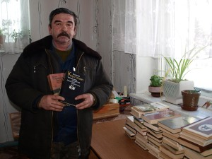 Житель Лиозно А. И. Кудрявцев передал районной библиотеке около 200 книг
