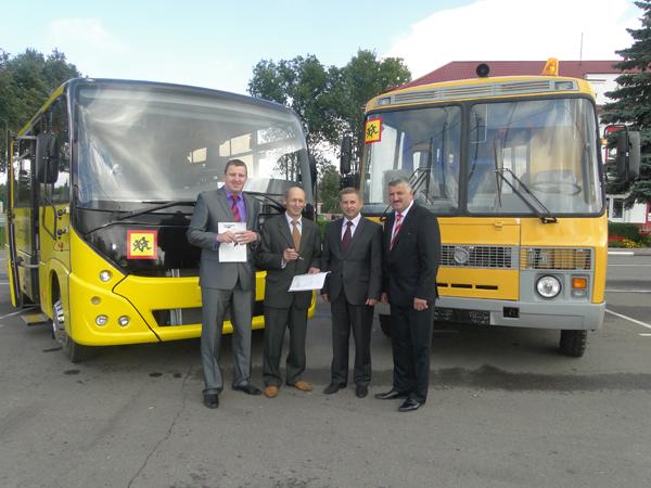 Ключи от новых школьных автобусов получили директора учреждений образования Лиозненского района