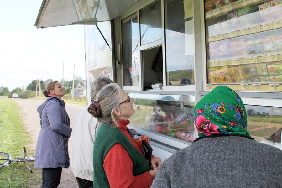Корреспондент лиозненской «районки» проехал по сельским населённым пунктам с автомагазином