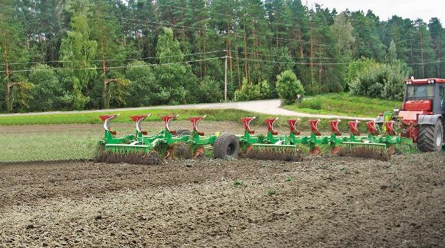 Ученые НАН разработали самый мощный плуг для трактора Беларус