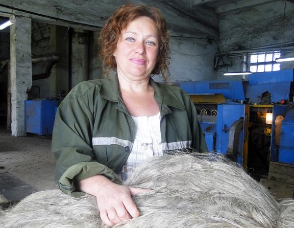 Работница Лиозненского льнозавода Е. И. Коваленко стала второй на республике среди сортировщиков льна