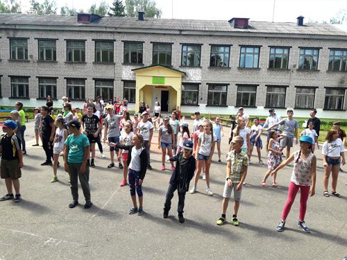 Музыкой и танцами открыли первую смену в оздоровительном лагере «Радуга»