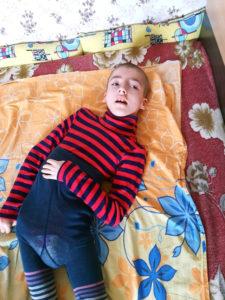 Лечения нет, но есть положение, в котором ребенку не будет больно. Нужна ваша помощь!