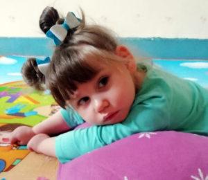 «Всё время лежа»: почти 3 годамаленькая СонечкаМикрюковане могла и по-прежнему не может сидеть. Нужна Ваша помощь!