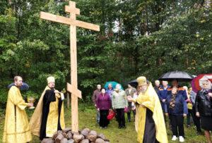 В Добромыслях состоялось освящение земли и креста на месте будущего храма