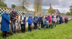 Учащиеся СШ №1 г.п. Лиозно приняли участие в акции по озеленению горпосёлка